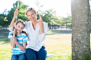Happy blonde swing with her daughterの写真素材 [FYI00005797]
