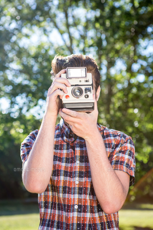 Handsome hipster using vintage cameraの素材 [FYI00005816]