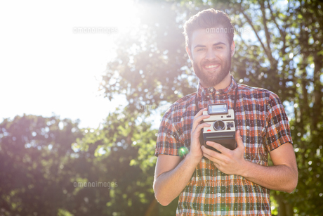 Handsome hipster holding vintage cameraの写真素材 [FYI00005817]