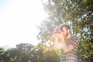 Handsome hipster using vintage cameraの写真素材 [FYI00005819]