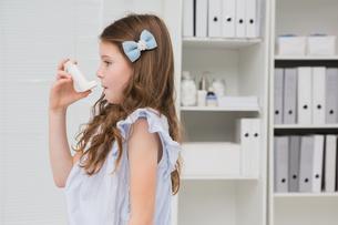 Little girl taking inhalerの写真素材 [FYI00005820]
