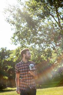 Handsome hipster using vintage cameraの写真素材 [FYI00005828]