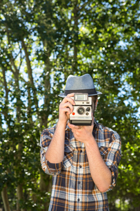 Handsome hipster using vintage cameraの素材 [FYI00005832]