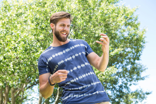Handsome hipster playing air guitarの写真素材 [FYI00005834]