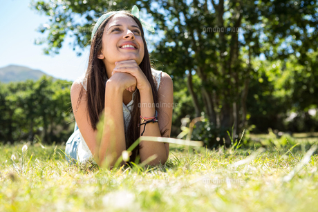 Pretty brunette lying on the grassの写真素材 [FYI00005835]