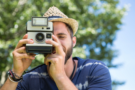 Handsome hipster using vintage cameraの素材 [FYI00005837]