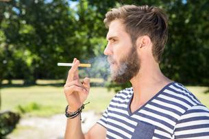 Hipster smoking electronic cigaretteの写真素材 [FYI00005842]
