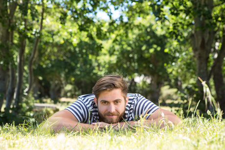 Hipster lying on the grass in the parkの写真素材 [FYI00005845]