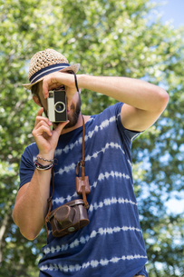 Handsome hipster using vintage cameraの写真素材 [FYI00005848]