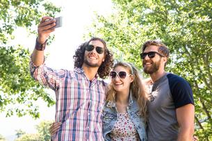 Happy friends taking a selfieの写真素材 [FYI00005849]
