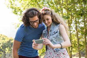 Cute couple looking at their selfieの写真素材 [FYI00005857]