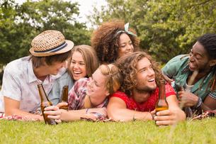 Happy friends in the park having picnicの写真素材 [FYI00005859]