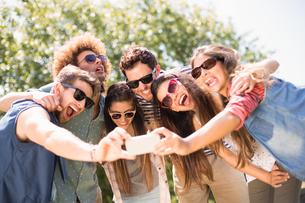 Happy friends in the park taking selfieの写真素材 [FYI00005874]