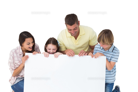 Family of four looking at billboardの素材 [FYI00005876]