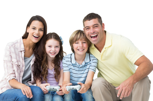 Happy family playing video game togetherの素材 [FYI00005883]