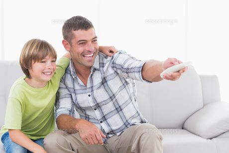 Happy father and son using remote controlの素材 [FYI00005896]