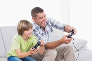 Father and son playing video gameの写真素材 [FYI00005898]