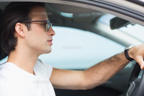 Focus man drivingの写真素材 [FYI00005936]