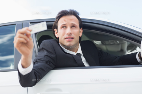 Businessman showing his driver licenseの素材 [FYI00005938]