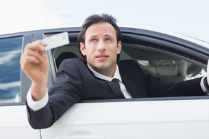 Businessman showing his driver licenseの写真素材 [FYI00005938]