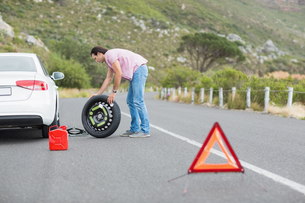 Man changing wheel after a car breakdownの素材 [FYI00005939]