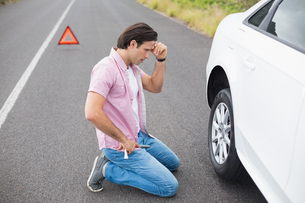Man changing wheel after a car breakdownの素材 [FYI00005943]