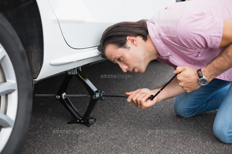 Man changing wheel after a car breakdownの素材 [FYI00005944]