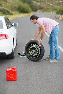 Man changing wheel after a car breakdownの素材 [FYI00005947]