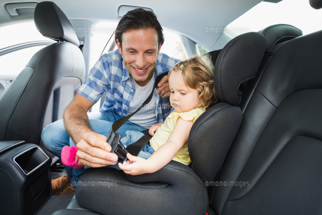 Father securing baby in the car seatの写真素材 [FYI00005955]