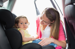 Mother securing her baby in the car seatの素材 [FYI00005964]