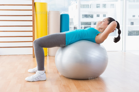 Woman exercising on fitness ballの写真素材 [FYI00005967]