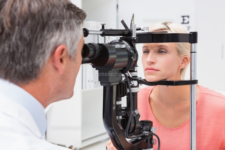 Optometrist examining blonde womanの素材 [FYI00005973]