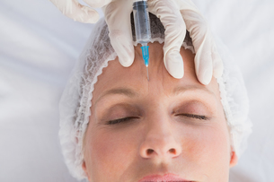 Woman receiving botox injection on her foreheadの写真素材 [FYI00005977]