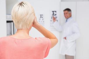 Blonde woman doing eye examの写真素材 [FYI00005979]