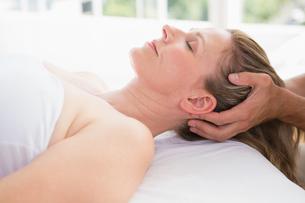 Woman receiving neck massageの写真素材 [FYI00005980]