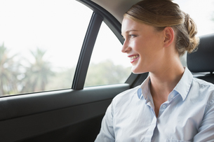 Smiling young businesswoman sitting in her carの写真素材 [FYI00005995]