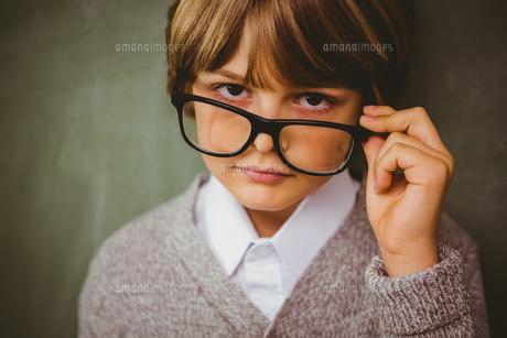Cute little boy holding glassesの写真素材 [FYI00006023]