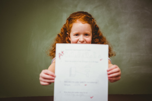 Portrait of cute little girl holding paperの写真素材 [FYI00006028]