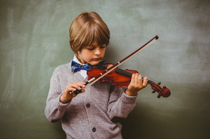 Portrait of cute little boy playing violinの写真素材 [FYI00006030]
