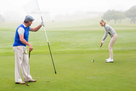 Golfing couple on the golf courseの写真素材 [FYI00006039]