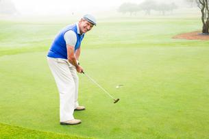 Happy golfer cheering on putting greenの素材 [FYI00006042]