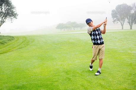 Golfer teeing offの写真素材 [FYI00006058]
