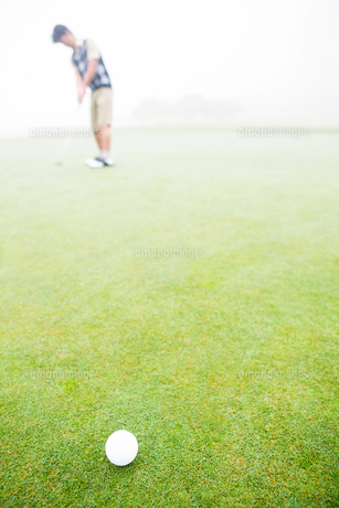 Golfer about to tee offの写真素材 [FYI00006060]