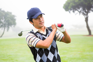 Golfer holding his club on shoulderの写真素材 [FYI00006061]