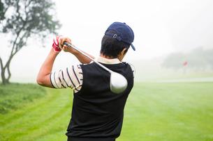 Golfer teeing offの写真素材 [FYI00006062]