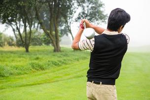 Golfer teeing offの写真素材 [FYI00006063]