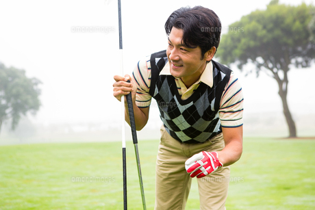 Golfer holding golf ball and clubの写真素材 [FYI00006064]