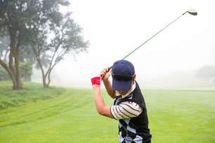 Golfer teeing offの写真素材 [FYI00006065]