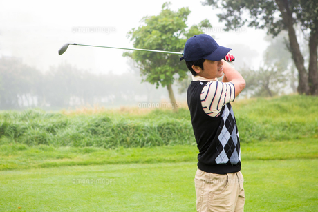 Golfer teeing offの写真素材 [FYI00006069]
