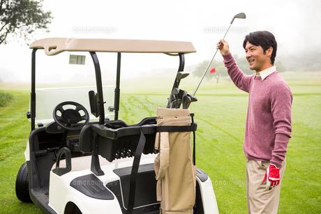 Golfer taking club in golf bagの素材 [FYI00006072]